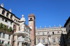 Fuente de Madonna en el delle Erbe de la plaza en Verona, Italia foto de archivo