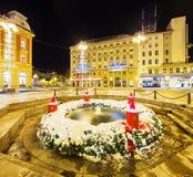 Fuente de Mandusevac en la noche, adornada con la guirnalda del advenimiento zagreb Foto de archivo libre de regalías
