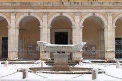 Fuente de Navicella bajo nieve Imagenes de archivo