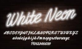 Fuente de neón blanca del alfabeto de la escritura Minúscula de neón del color y letras y números brillantes mayúsculos stock de ilustración