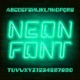 Fuente de neón verde del alfabeto Mayúsculas futuristas y números de la bombilla ilustración del vector