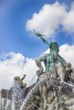 Fuente de Neptuno en el cuadrado de Alexanderplatz fragmento Berlín, Alemania Foto de archivo