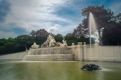 Fuente de Neptuno en el parque del palacio de Schönbrunn en el pie de la colina de Schönbrunn foto de archivo libre de regalías
