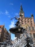 Fuente de Neptuno y ayuntamiento en Gdansk, Polonia Imagen de archivo libre de regalías