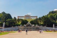 Fuente de Neptuno y el Gloriette en el palacio de Schönbrunn, Viena, Austria foto de archivo