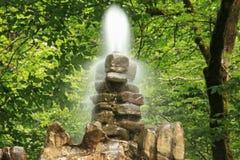 Fuente de piedra en madera Foto de archivo