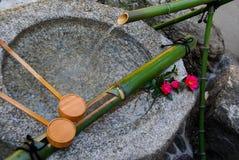 Fuente de piedra de la purificación en Kyoto imagen de archivo libre de regalías