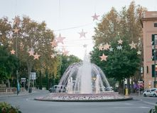 Fuente de Plaza de la Reina con las decoraciones de la luz de la Navidad Fotos de archivo libres de regalías