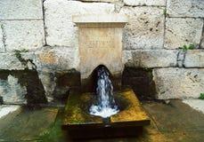 Fuente de trabajo en la ciudad antigua Foto de archivo libre de regalías