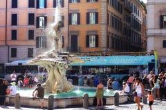 Fuente de Tritón del centro de ciudad de Roma de los turistas Imagen de archivo libre de regalías