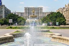 Fuente de Union Square y casa del palacio de la gente o del parlamento en Bucarest Imagen de archivo