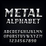 Fuente de vector del alfabeto del metal Letras y números oblicuos del cromo en el fondo oscuro Imagen de archivo