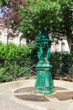 Fuente de Wallace con la escultura de las mujeres en la colina de Montmartre París, Fotografía de archivo
