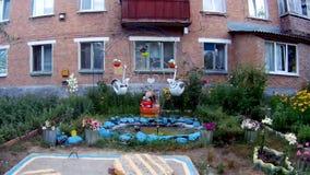 Fuente decorativa cerca de la casa almacen de metraje de vídeo