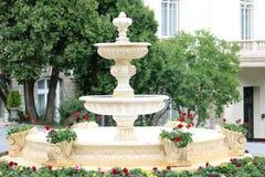 Fuente decorativa con los ornamentos hermosos foto de archivo libre de regalías