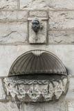 Fuente del agua santa fuera del santo Francis Abbey Church, Galway Irela Imágenes de archivo libres de regalías