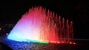 Fuente del arco iris en el parque de la reserva en Lima en la noche almacen de metraje de vídeo