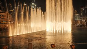 Fuente del baile con la iluminación en la ciudad en la noche almacen de video