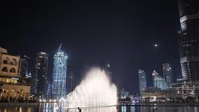 Fuente del baile con la iluminación en la ciudad en la noche metrajes