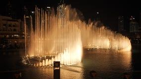 Fuente del baile con la iluminación en la ciudad en la noche almacen de metraje de vídeo