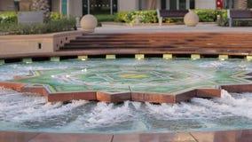 Fuente del baile del puerto deportivo de Dubai en distrito almacen de video