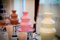 Fuente del chocolate colocada en día de boda Foto de archivo libre de regalías