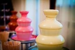 Fuente del chocolate colocada en día de boda Imagen de archivo libre de regalías