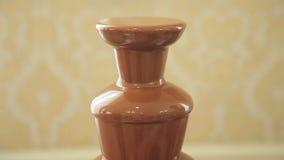 Fuente del chocolate colocada en una tabla almacen de video