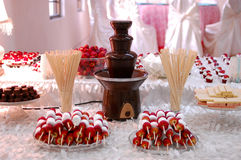 Fuente del chocolate con las invitaciones Imágenes de archivo libres de regalías