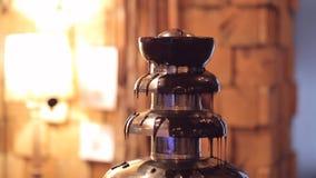 Fuente del chocolate el hombre prepara la fuente para servir Cierre para arriba almacen de metraje de vídeo