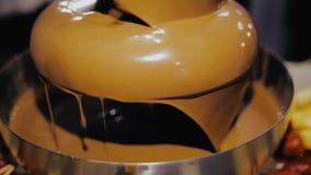 Fuente del chocolate, fruta sumergida en chocolate almacen de video