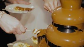 Fuente del chocolate, fruta sumergida en chocolate metrajes