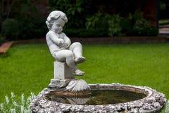 Fuente del cupido en el parque imagenes de archivo