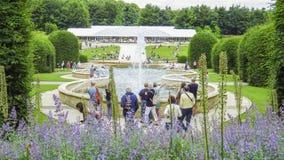 Fuente del jardín del castillo de Alnwick, el 2 de agosto de 2016 - en el condado inglés de Northumberland fotos de archivo libres de regalías