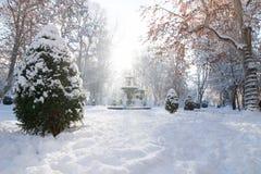 Fuente del parque de Zrinjevac en Zagreb en invierno con la nieve y la sol, Croacia, Europa Fotografía de archivo