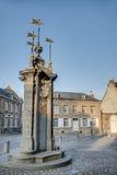 Fuente del pozo de Pilory en Mons, Bélgica. Foto de archivo