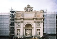 Fuente del Trevi bajo restauración imagen de archivo libre de regalías