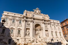 Fuente del Trevi con el cielo azul, Roma - Italia Imagenes de archivo