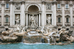Fuente del Trevi con el grupo de la estatua en Roma Imagen de archivo