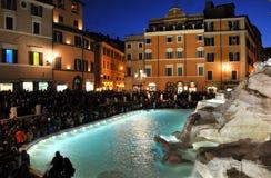 Fuente del Trevi (Fontana di Trevi) Ventanas viejas hermosas en Roma (Italia) imágenes de archivo libres de regalías