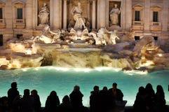 Fuente del Trevi (Fontana di Trevi) Ventanas viejas hermosas en Roma (Italia) fotos de archivo libres de regalías