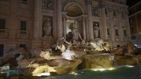 Fuente del Trevi rodeada por los turistas, igualando el tiroteo almacen de metraje de vídeo
