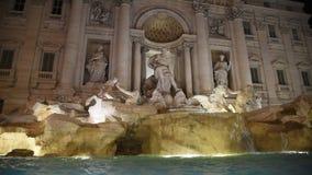 Fuente del Trevi rodeada por los turistas, igualando el tiroteo