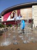 Fuente delante del centro de exposición del centro de comercio mundial en Dubai Foto de archivo libre de regalías