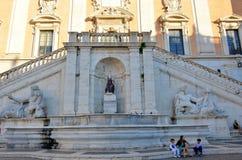 Fuente e iglesia en Roma imagenes de archivo