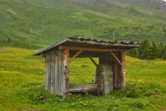 Fuente en el abastecimiento de Alp Flix y de agua de la emergencia en invierno Imagen de archivo