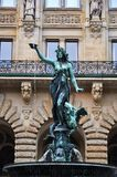 Fuente en el ayuntamiento de Hamburgo imagenes de archivo