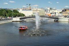 Fuente en el canal de puente en Moscú Foto de archivo