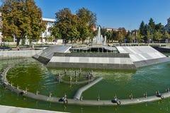 Fuente en el centro de la ciudad de Pleven, Bulgaria fotos de archivo
