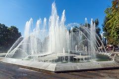 Fuente en el centro de Pleven, Bulgaria foto de archivo